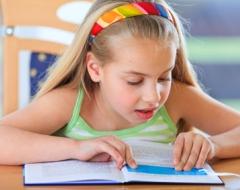 Leseförderung in der Grundschule - Mädchen liest